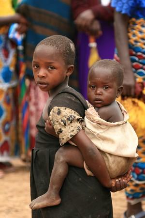 Cier: DR Konga - Listopad 2: Uchodźców przechodzą z Demokratycznej Republiki Konga w Ugandzie na granicy miejscowości Busanza w powiecie Kisoro dnia 2 listopada 2008 roku. Publikacyjne