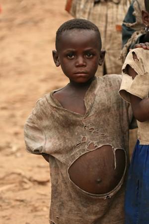 gente pobre: RD CONGO - 2 de NOV: Los refugiados cruzan desde la Rep�blica Democr�tica del Congo en Uganda en el pueblo fronterizo de Busanza, en el distrito de Kisoro el 2 de noviembre de 2008