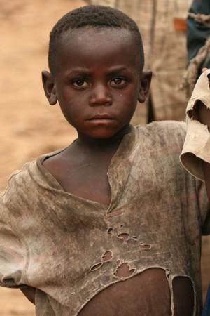 bambini poveri: DR CONGO - NOV 2: I rifugiati attraversano dal Congo e in Uganda presso il villaggio di frontiera di Busanza nel distretto di Kisoro il 2 novembre 2008 Editoriali