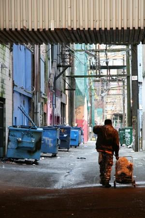 clochard: Torna via vicoli nella citt� di Vancouver, BC, Canada