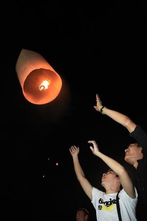 BANGKOK - 5 DEC: Een brandende lantaarn loslaten tijdens de King's Birthday Celebration - Bangkok, Thailand 5 december 2010) Redactioneel