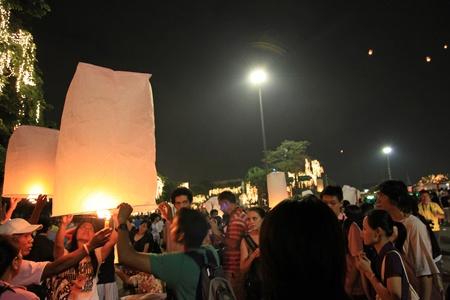 adulyadej: BANGKOK - DEC 5: Burning Lantern at the Kings Birthday Celebration - Bangkok, Thailand 5th December 2010)