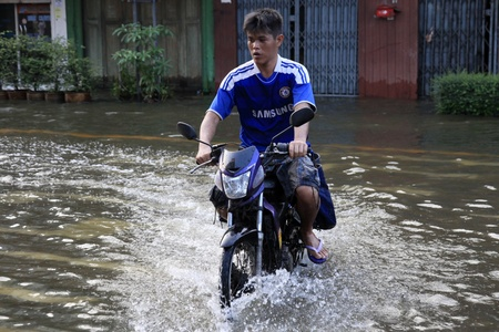 banglumpu: BANGKOK, THAILAND - NOVEMBER 17 : Motorbike navigates the floods after the heaviest rains in 20 years in Thailand on Nov 17, 2011 in Bangkok, Thailand Editorial