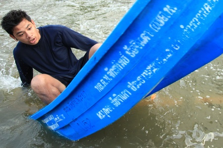 BANGKOK, THAILAND - NOVEMBER 17 : Man in emergency boat after the heaviest rains in 20 years in Thailand on Nov 17, 2011 in Bangkok, Thailand Stock Photo - 11249807