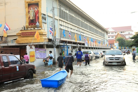 BANGKOK, THAILAND - NOVEMBER 17 : Flooding in Samsen Road after the heaviest rains in 20 years in Thailand on Nov 17, 2011 in Bangkok, Thailand Stock Photo - 11249852