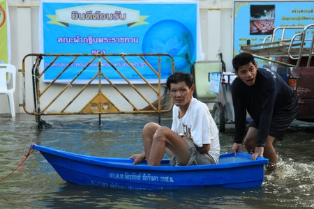 BANGKOK, THAILAND - NOVEMBER 17 : Man in emergency boat after the heaviest rains in 20 years in Thailand on Nov 17, 2011 in Bangkok, Thailand Stock Photo - 11249812