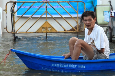 BANGKOK, THAILAND - NOVEMBER 17 : Man in emergency boat after the heaviest rains in 20 years in Thailand on Nov 17, 2011 in Bangkok, Thailand Stock Photo - 11249809