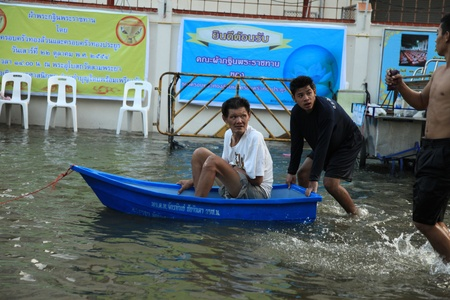 BANGKOK, THAILAND - NOVEMBER 17 : Man in emergency boat after the heaviest rains in 20 years in Thailand on Nov 17, 2011 in Bangkok, Thailand Stock Photo - 11249843