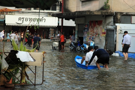 BANGKOK, THAILAND - NOVEMBER 17 : Man in emergency boat after the heaviest rains in 20 years in Thailand on Nov 17, 2011 in Bangkok, Thailand Stock Photo - 11249851