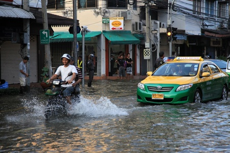 BANGKOK, THAILAND - NOVEMBER 17 : Flooding in Samsen Road after the heaviest rains in 20 years in Thailand on Nov 17, 2011 in Bangkok, Thailand Stock Photo - 11249866