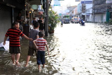 BANGKOK, THAILAND - NOVEMBER 17 : Flooding in Samsen Road after the heaviest rains in 20 years in Thailand on Nov 17, 2011 in Bangkok, Thailand Stock Photo - 11249810