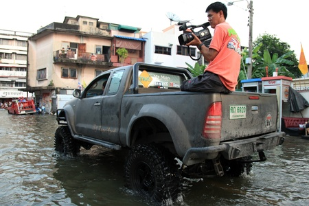 BANGKOK, THAILAND - NOVEMBER 17 : Reporter Films flooding after the heaviest rains in 20 years in Thailand on Nov 17, 2011 in Bangkok, Thailand Stock Photo - 11249814