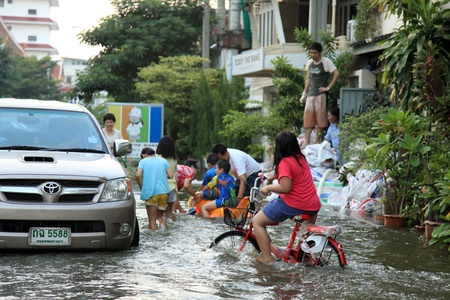 banglumpu: BANGKOK, THAILAND - NOVEMBER 17 : Flooding in Samsen Road after the heaviest rains in 20 years in Thailand on Nov 17, 2011 in Bangkok, Thailand Editorial