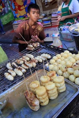 platanos fritos: BANGKOK - 23 de enero: A�o Nuevo chino 2012 - Venta de pl�tanos fritos en Chinatown, Bangkok, Tailandia el 23 de enero 2012