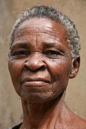 visage femme africaine: Vieille femme en Ouganda - La Perle de l'Afrique Editeur