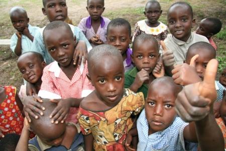 niños pobres: Local de la escuela en Uganda en África oriental Editorial
