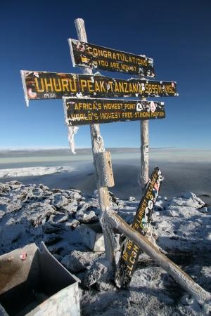 montañas nevadas: El pico nevado del Monte Kilimanjaro en Tanzania, África Editorial