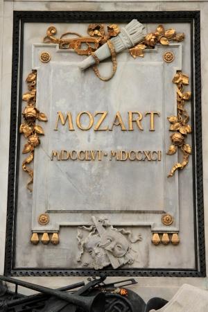 amadeus mozart: VIENA - 26 de septiembre: La estatua ic�nica de Wolfgang Amadeus Mozart en Volkstheatre el 26 de septiembre de 2012, en Viena, Austria.