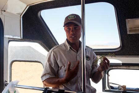 guia turistico: Sossusvlei, Namibia - 02 de noviembre 2013 La gu�a tur�stica contin�a a trav�s del Parque Nacional Namib Desert en un a�o que fue declarado como un a�o de sequ�a por el gobierno en Namibia, �frica Editorial