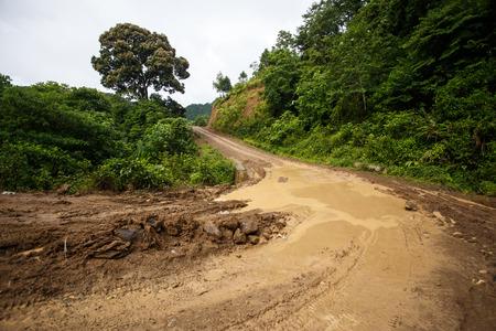 Drassige onverharde weg door Chin State bergachtig gebied, Myanmar (Birma)