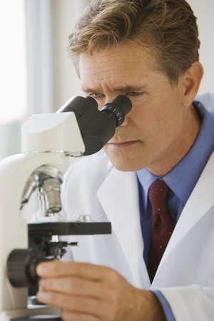 rd: Scienziato, utilizzando un microscopio