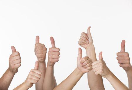 thumbs up group: Un gruppo di persone stanno dando segni di pollice in su. Foto incorniciate in senso orizzontale.