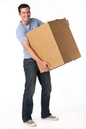 levantar peso: Un hombre est� sosteniendo una caja m�vil y sonriendo a la c�mara. Tiro vertical enmarcada.