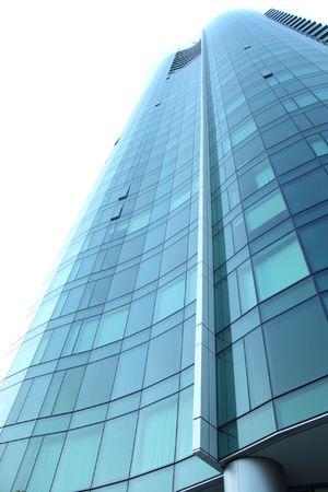 parking facilities: Tall edificio de oficinas con ventanas de cristal azul
