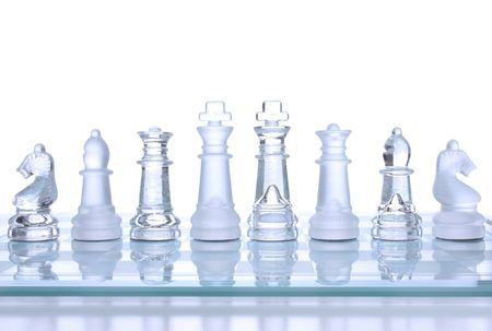 보드에 반투명 유리 체스 피규어 스톡 콘텐츠