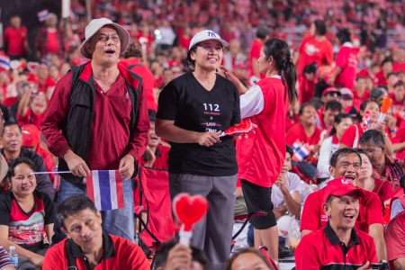 recolectar: BANGKOK Tailandia-19 de noviembre camisas rojas se re�nen para apoyar Gobierno antes de la decisi�n del Tribunal Constitucional en el Estadio Nacional Rajamangala el 19 de noviembre de 2013, de Bangkok, Tailandia Editorial