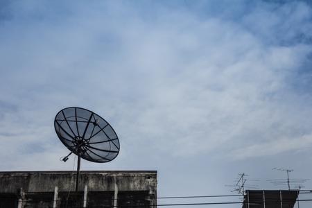 建物の屋上にはパラボラ アンテナ