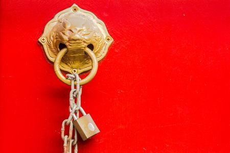 バンコク、タイの赤の寺院のドアに真鍮のライオン頭のノッカー