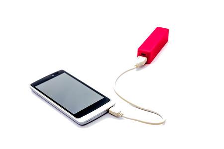 赤い電源銀行、白い背景で隔離の携帯電話を充電