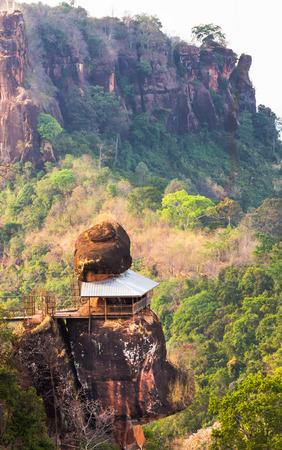 プー tok 山またはワット Jetiyakiree ヴィハーン寺木造歩道とラウンドのブンカーン県、タイで 7 階建ての山の