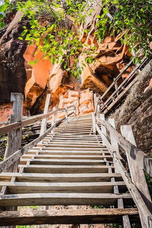 ブンカーン県、タイで 7 階建ての山のラウンド木製歩道プー tok 山またはワット Jetiyakiree ヴィハーン寺院の木製階段