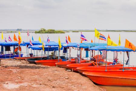 赤蓮海、ウドンタニ、タイで係留観光船