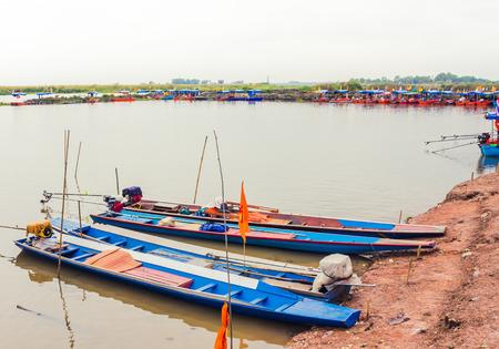 赤蓮海、ウドンタニ、タイで係留 2 つのロングテール ボート 写真素材