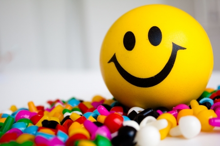 emociones: la bola de smiley en los pines de color