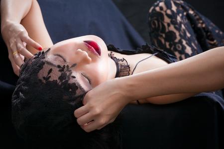 sexy young girl: Портрет красивой тайской молодой девушки на черном фоне