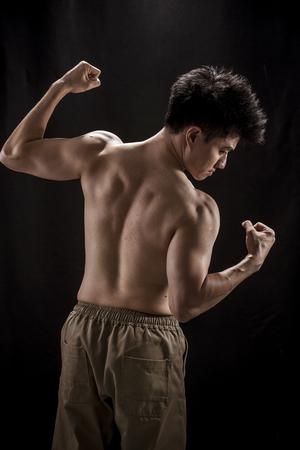 seins nus: portrait Topless d'Asie jeune homme montrant les muscles et strengh Banque d'images