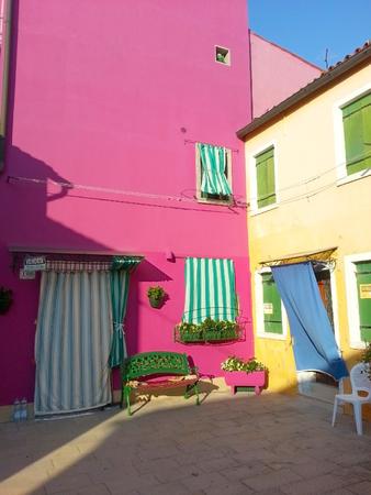 島ブラーノ島ベニス イタリアの田舎の建物をカラフルです 報道画像