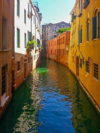 ヴェネツィアの古い建物で小さなチャネルを表示します。 写真素材
