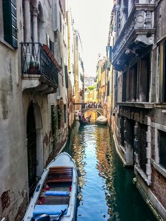 古い建物で小さなチャネルに表示し、ヴェネツィアでのボート