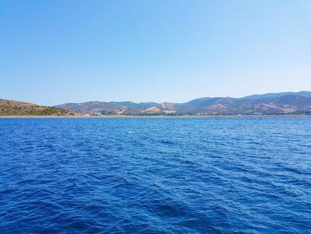 深い青色の海と小さな茂みに島 写真素材