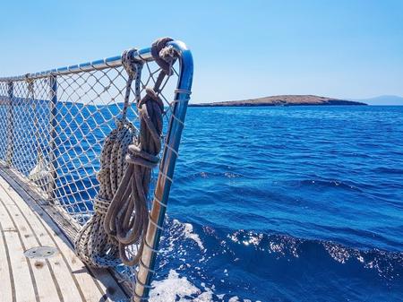ヨットのデッキからの青い海の眺め