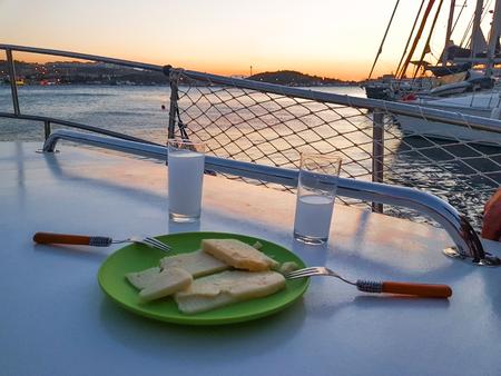 帆からラキとチーズの夕景
