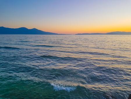 海岸のカラフルな夕日 雲なし夏時間