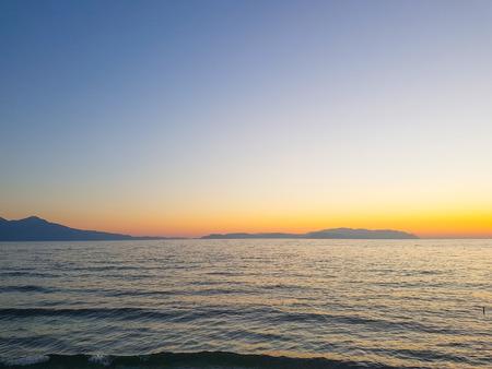 海岸で色鮮やかな夕焼け雲夏時間がないです。