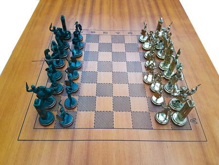 金属の置物斜視と木製のチェス盤
