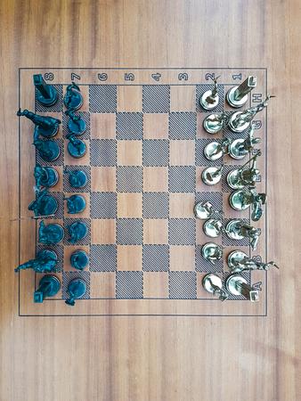 金属の置物木製チェス ボード トップ ビュー 写真素材